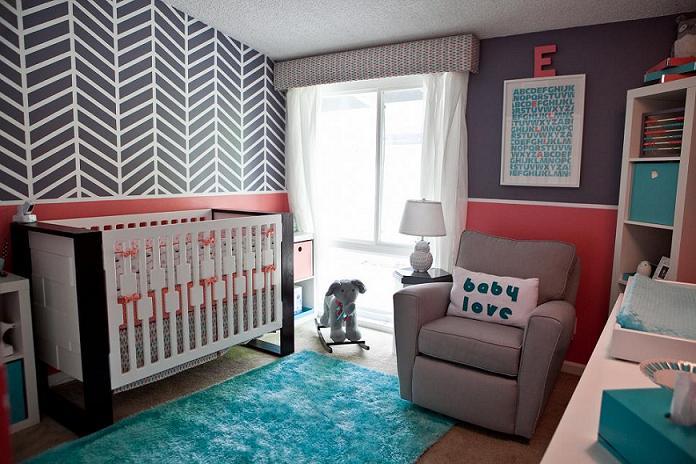 Çizgili renk kombinasyonları ile tasarlanmış modern ve çekici bir kız bebek odası.
