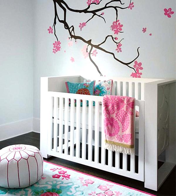 Duvar çizimi ile süslenmiş modern kız bebek odası.