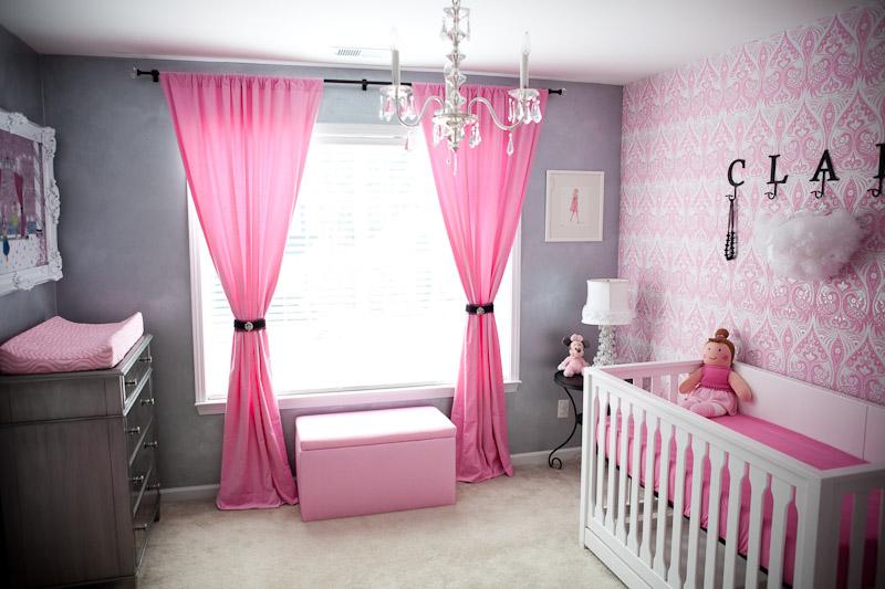 Pembe renk ile dekore edilmiş bir kız bebek odası.