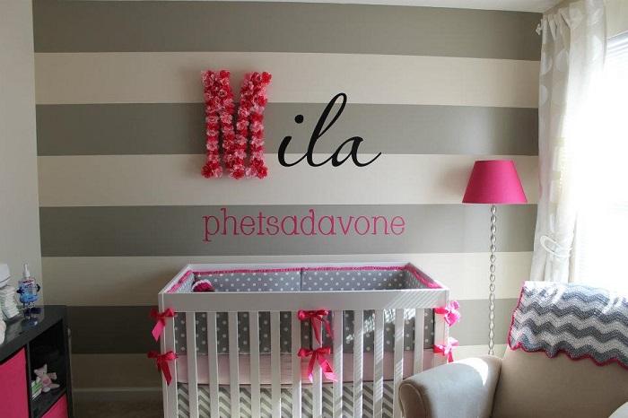 Bir kız çocuğu için tasarlanmış modern ve yumuşak bir bebek odası.